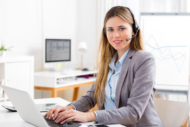 Νέα ελκυστική γυναίκα που εργάζεται στο γραφείο στοκ φωτογραφίες με δικαίωμα ελεύθερης χρήσης