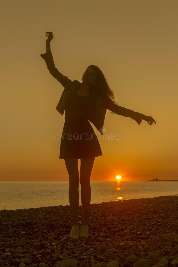 Νέα ελκυστική γυναίκα στην παραλία στο χρόνο ηλιοβασιλέματος στοκ φωτογραφία με δικαίωμα ελεύθερης χρήσης