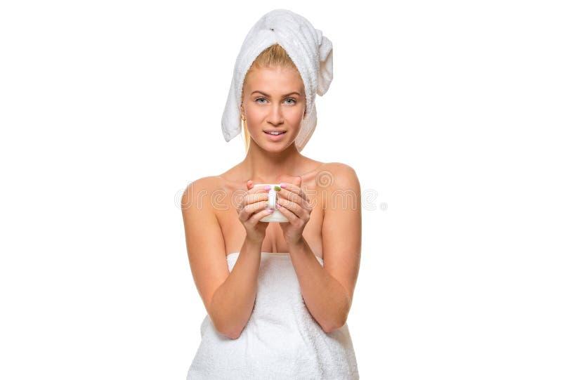 Download Νέα ελκυστική γυναίκα στην πετσέτα που κρατά ένα φλυτζάνι Στοκ Εικόνα - εικόνα από κομμωτήριο, αποκοπή: 62701427