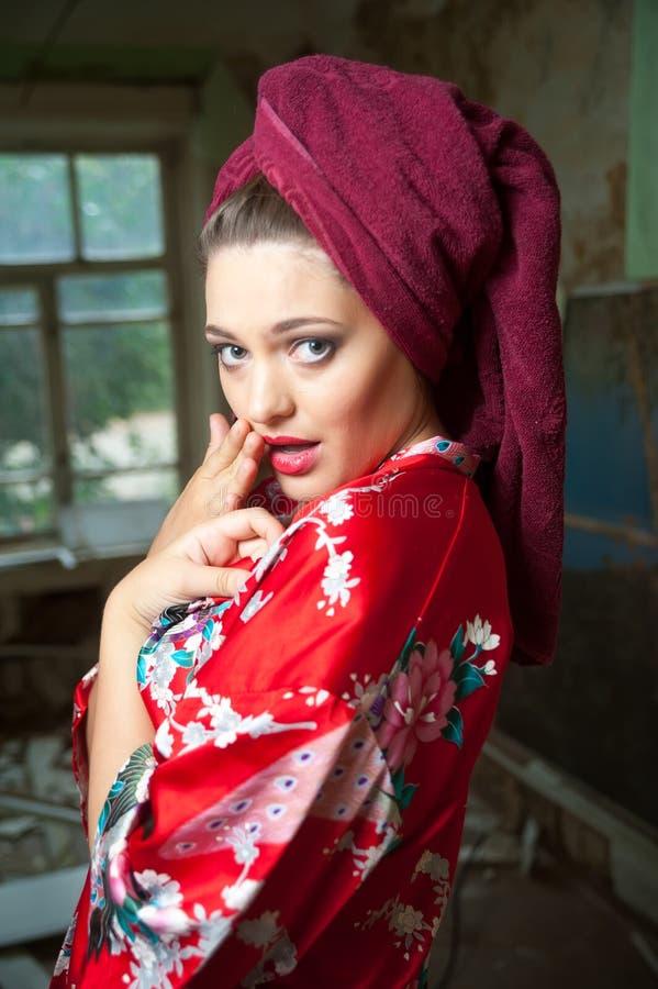 Νέα ελκυστική γυναίκα στο μπουρνούζι στοκ φωτογραφία