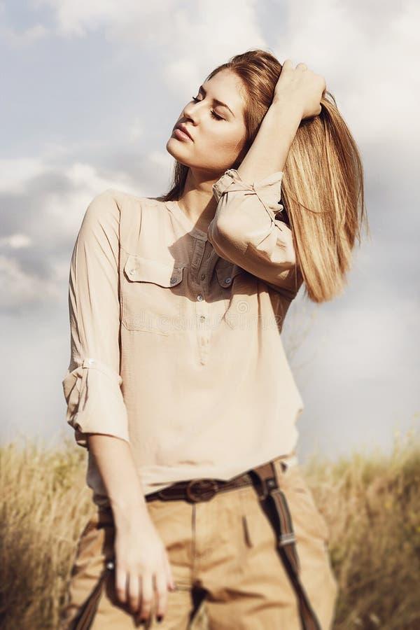 Νέα ελκυστική γυναίκα redhair έξω στους τομείς Ελευθερία concep στοκ φωτογραφία