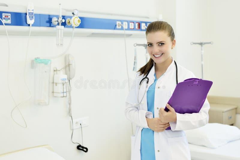 Νέα ελκυστική νοσοκόμα γιατρών θηλυκών στοκ φωτογραφία