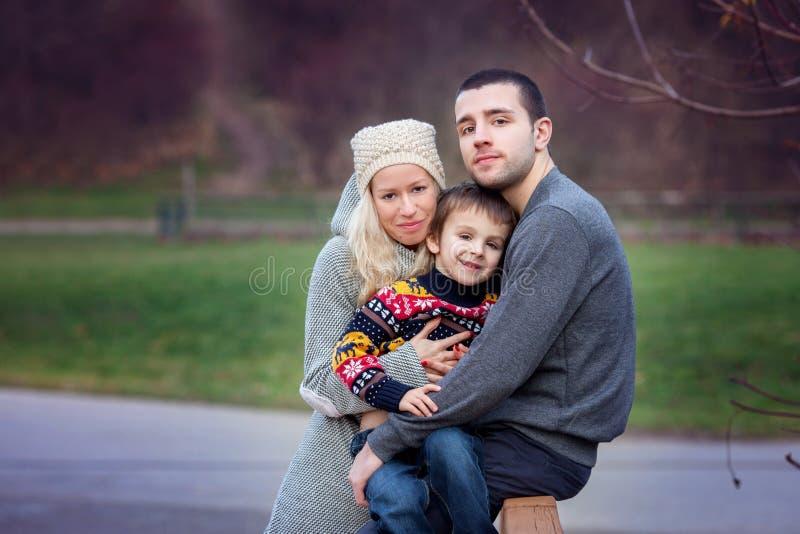 Νέα ελκυστική οικογένεια με το παιδί, νέοι ενήλικοι που έχει το outdoo διασκέδασης στοκ εικόνες