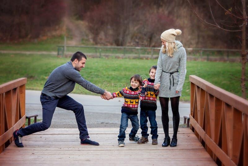 Νέα ελκυστική οικογένεια με δύο παιδιά, νέοι ενήλικοι που έχουν τη διασκέδαση ο στοκ εικόνες με δικαίωμα ελεύθερης χρήσης