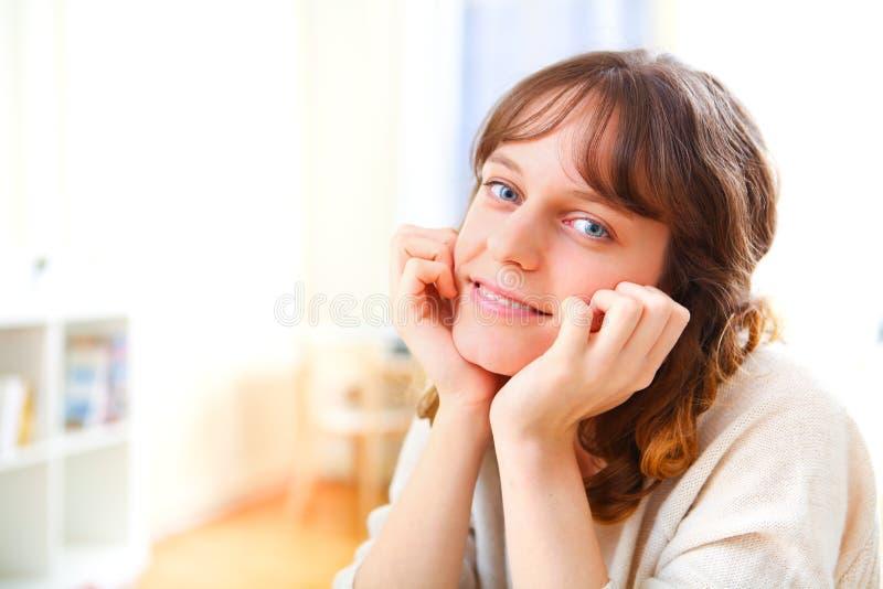 Νέα ελκυστική χαλάρωση γυναικών στον καναπέ στοκ φωτογραφία με δικαίωμα ελεύθερης χρήσης