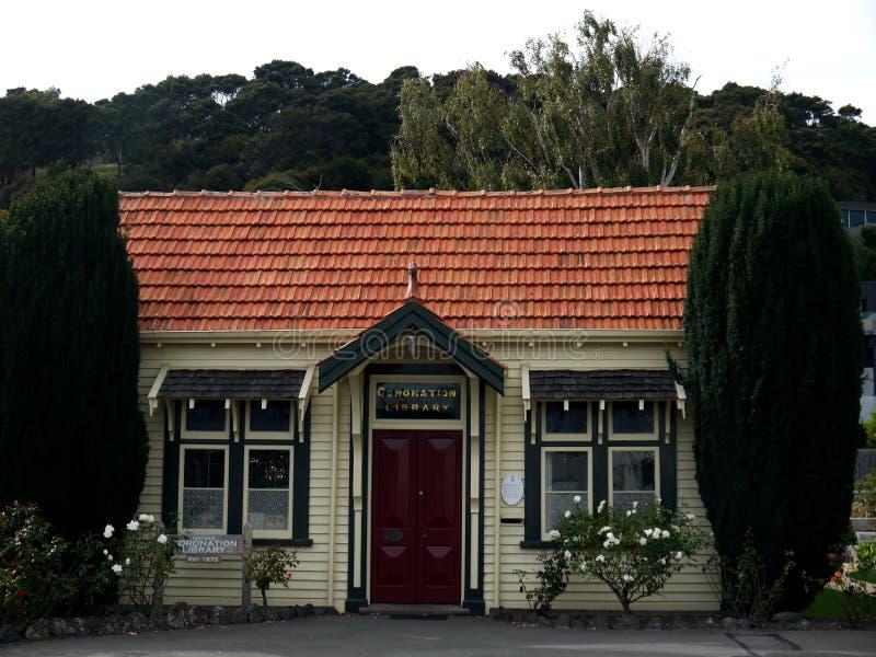 Νέα Ζηλανδία: Ιστορική 19η βιβλιοθήκη αιώνα Akaroa στοκ φωτογραφία
