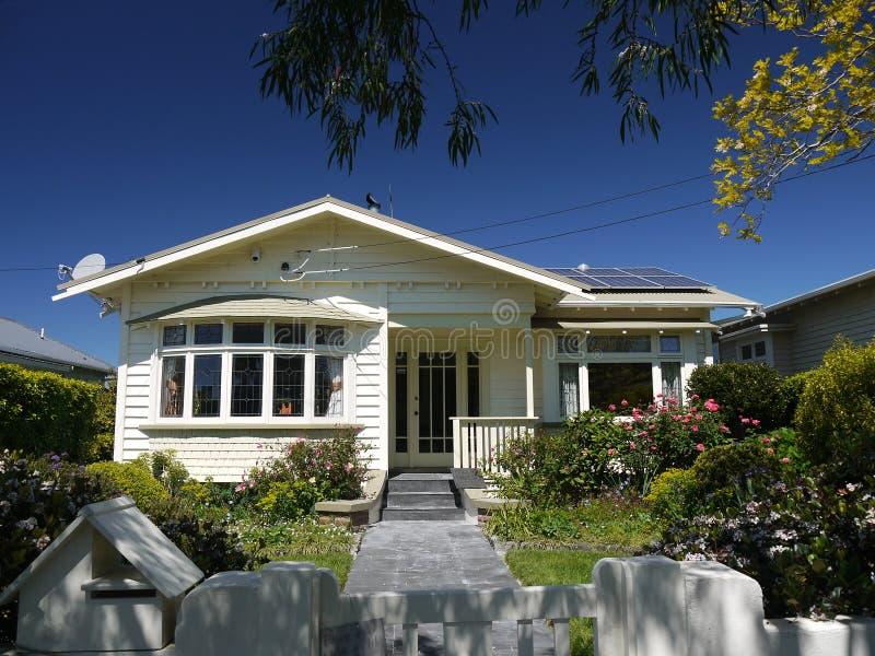 Νέα Ζηλανδία: κλασικό σπίτι μπανγκαλόου του Ώκλαντ ξύλινο στοκ εικόνες με δικαίωμα ελεύθερης χρήσης