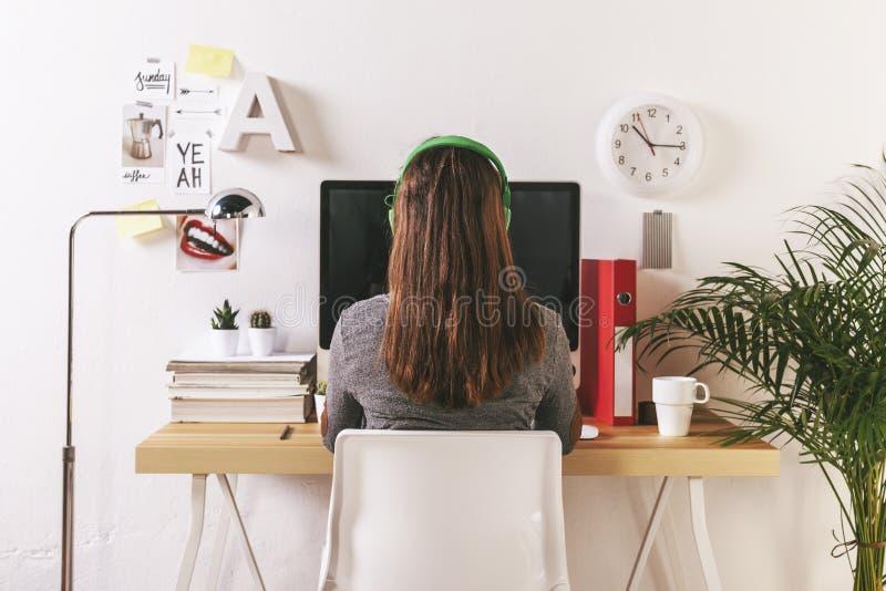 Νέα δημιουργική γυναίκα που εργάζεται στο γραφείο στοκ εικόνα με δικαίωμα ελεύθερης χρήσης