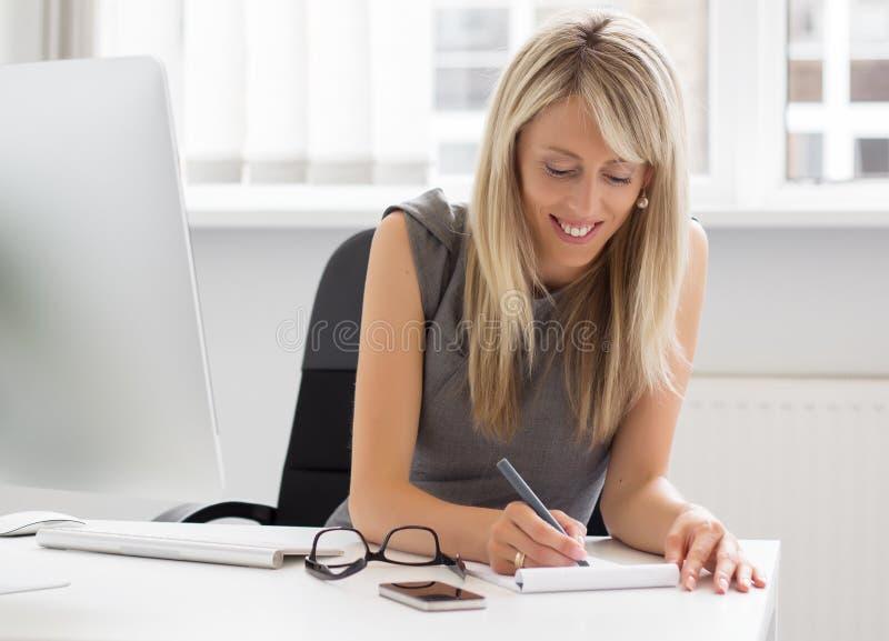 Νέα δημιουργική γυναίκα στην εργασία στοκ φωτογραφίες