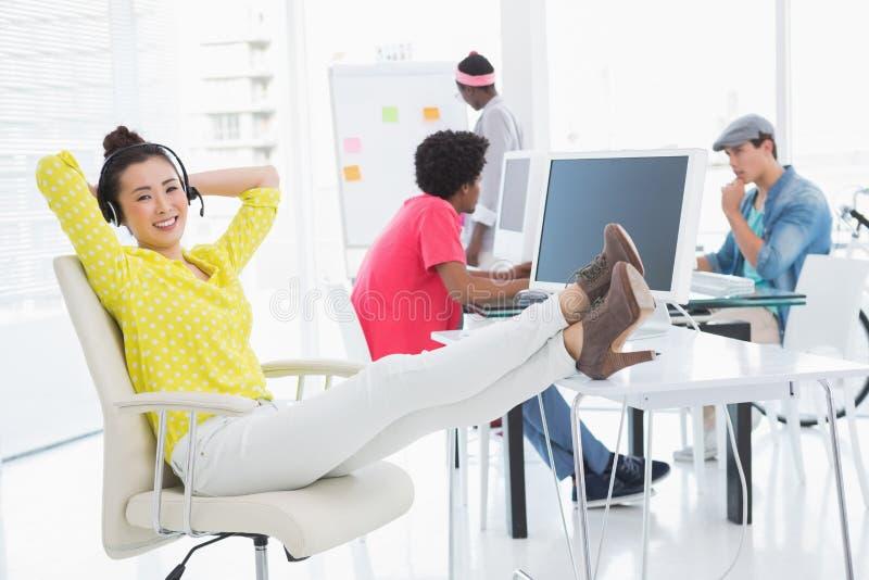 Νέα δημιουργική συνεδρίαση γυναικών με τα πόδια επάνω στοκ φωτογραφία με δικαίωμα ελεύθερης χρήσης