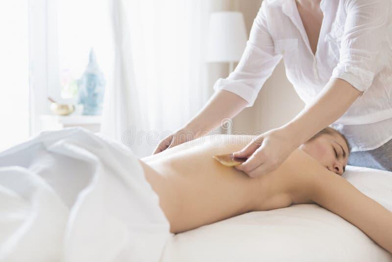 Νέα θεραπεία ανάκλησης γυναικών health spa στοκ φωτογραφία με δικαίωμα ελεύθερης χρήσης