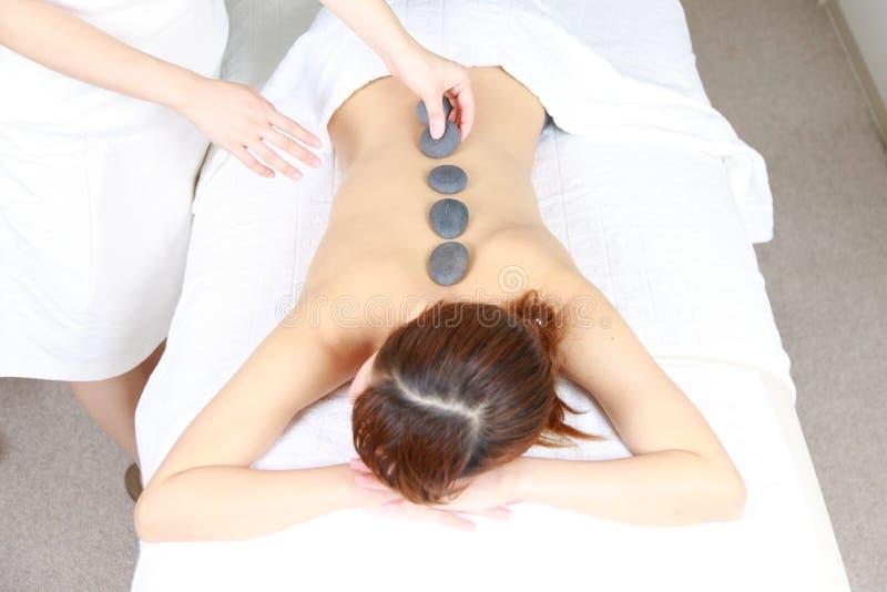 Νέα θεραπεία πετρών γυναικών receves στοκ φωτογραφίες με δικαίωμα ελεύθερης χρήσης