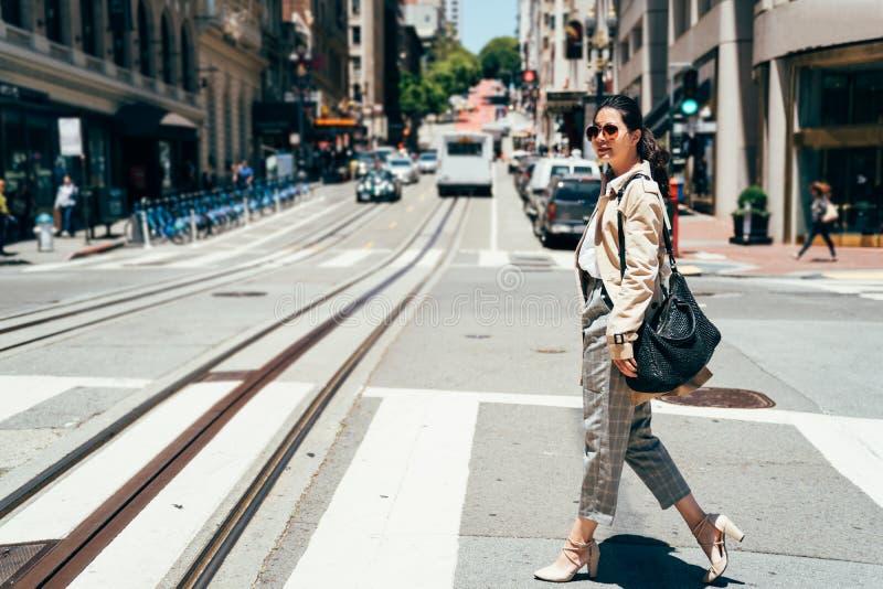 Νέα θηλυκή ασιατική κυρία γραφείων που πηγαίνει να εργαστεί στοκ φωτογραφία