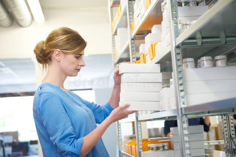 Νέα θηλυκά κιβώτια εκμετάλλευσης εργαζομένων στην αποθήκη εμπορευμάτων στοκ εικόνα με δικαίωμα ελεύθερης χρήσης