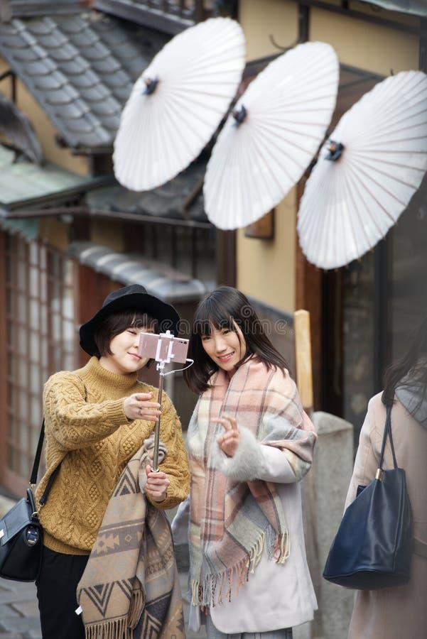 Νέα ιαπωνικά κορίτσια που παίρνουν ένα selfie στοκ φωτογραφία με δικαίωμα ελεύθερης χρήσης