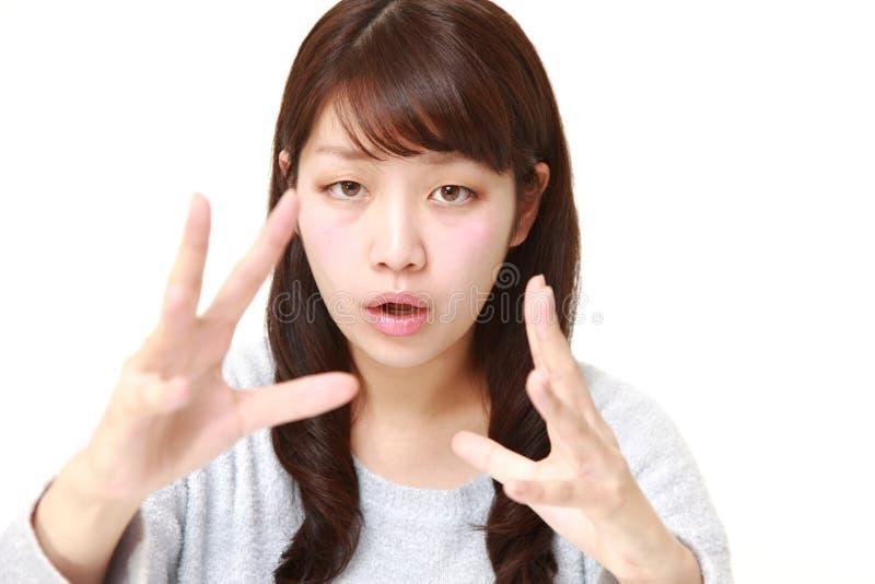 Νέα ιαπωνική γυναίκα με την υπερφυσική δύναμη στοκ φωτογραφία