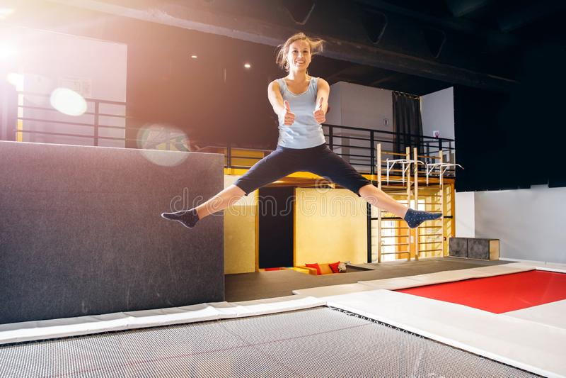 Νέα ικανότητα αθλητικών τύπων γυναικών που πηδά στο τραμπολίνο λεσχών στοκ φωτογραφίες