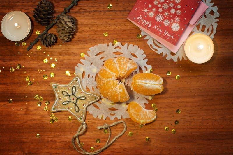 Νέα κάρτα έτους με τα κεριά και το μανταρίνι στοκ εικόνες με δικαίωμα ελεύθερης χρήσης