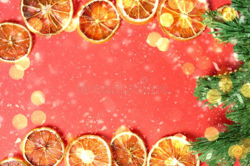 νέα κάρτα έτους με τα ξηρά πορτοκάλια, πράσινο χριστουγεννιάτικο δέντρο, φλόγες στοκ εικόνες με δικαίωμα ελεύθερης χρήσης