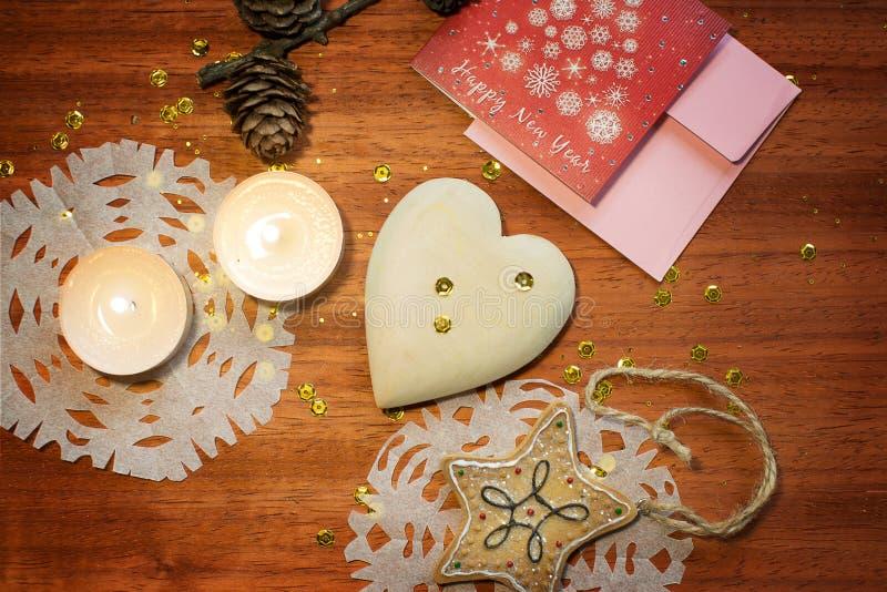 Νέα κάρτα έτους με την καρδιά και τα κεριά στοκ φωτογραφία