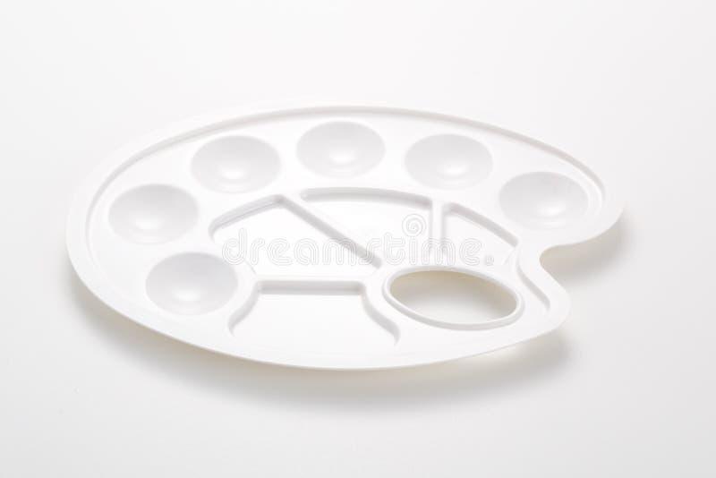 Νέα καθαρή άσπρη πλαστική παλέτα σε γκρίζο στοκ φωτογραφίες με δικαίωμα ελεύθερης χρήσης