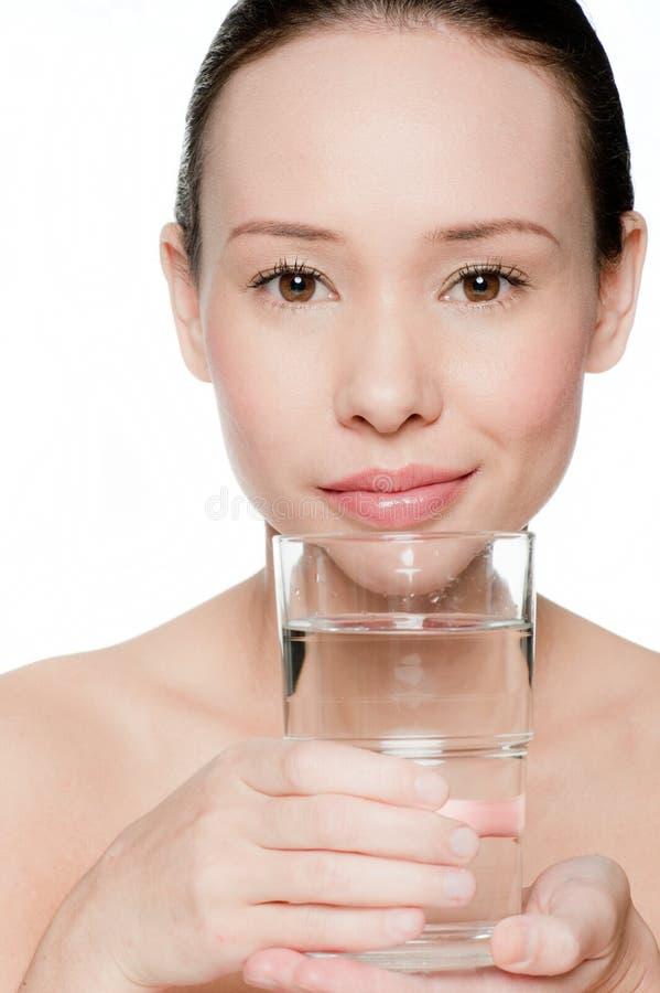 Νέα και ελκυστική γυναίκα με ένα ποτήρι του ύδατος στοκ εικόνες με δικαίωμα ελεύθερης χρήσης