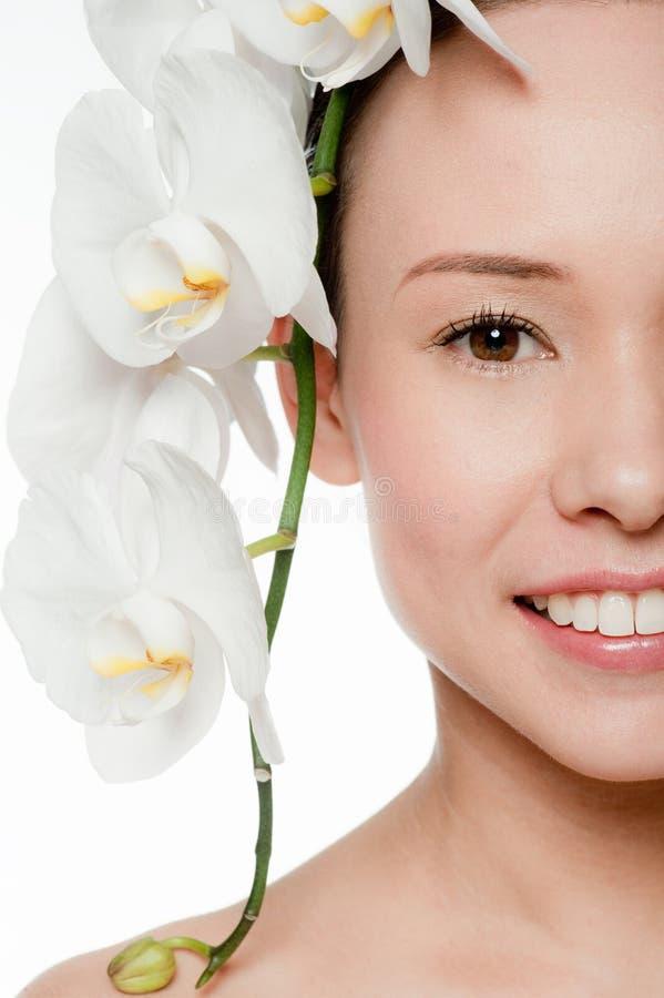 Νέα και ελκυστική γυναίκα με τα λουλούδια στοκ εικόνες με δικαίωμα ελεύθερης χρήσης