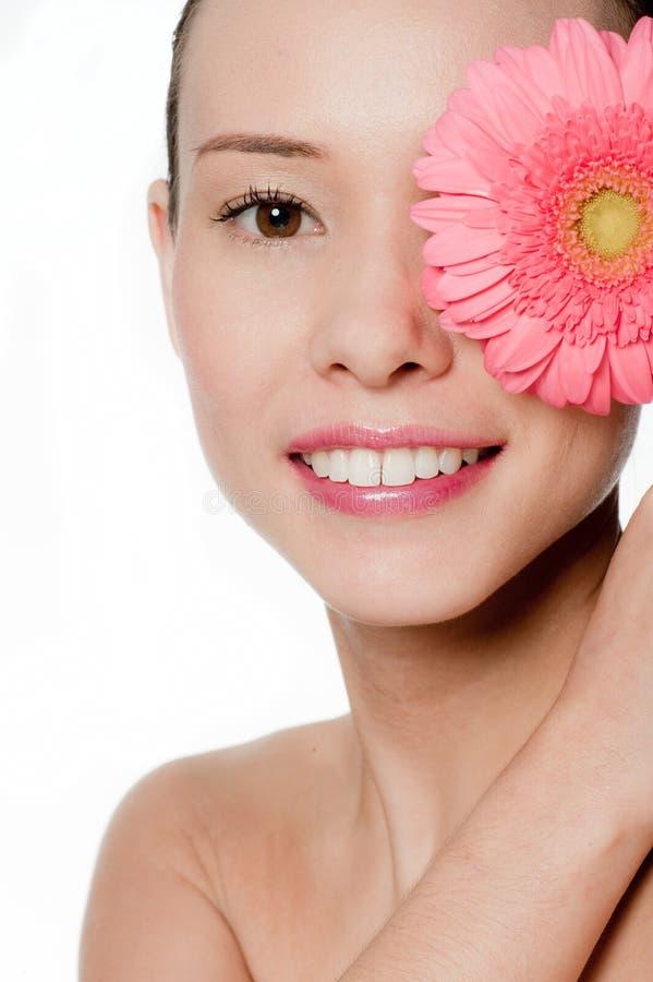 Νέα και ελκυστική γυναίκα με το λουλούδι στοκ φωτογραφία