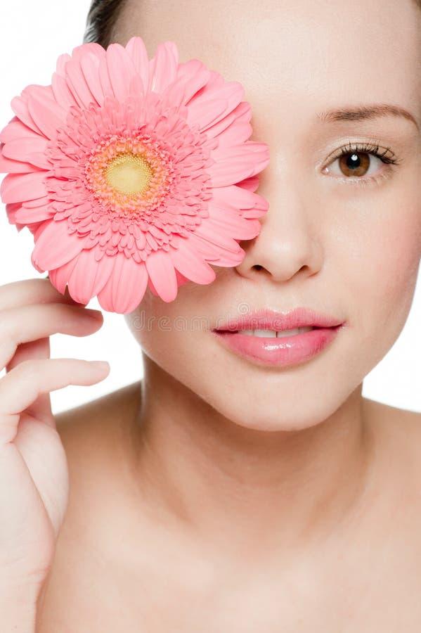 Νέα και ελκυστική γυναίκα με το λουλούδι στοκ φωτογραφία με δικαίωμα ελεύθερης χρήσης