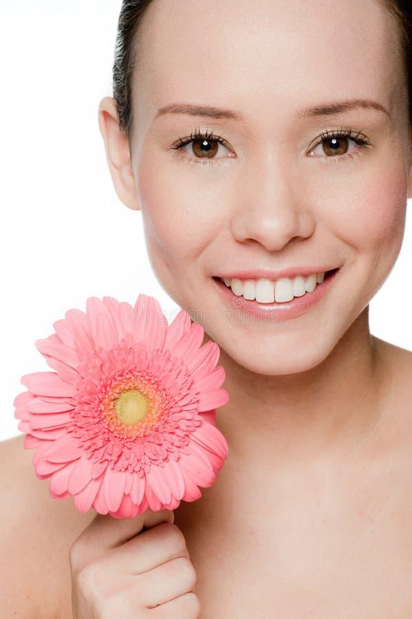 Νέα και ελκυστική γυναίκα με το λουλούδι στοκ εικόνα