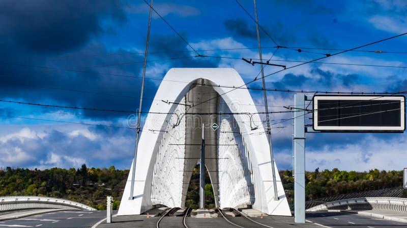Νέα και σύγχρονη γέφυρα Troja πέρα από τον ποταμό Vltava στοκ εικόνες με δικαίωμα ελεύθερης χρήσης