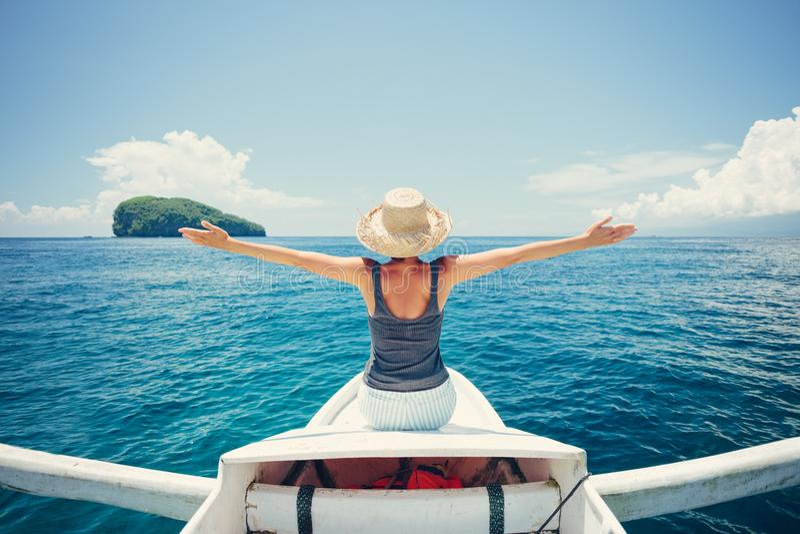 Νέα και όμορφη γυναίκα που ταξιδεύει στη βάρκα στον ωκεανό μόνο στοκ εικόνες με δικαίωμα ελεύθερης χρήσης