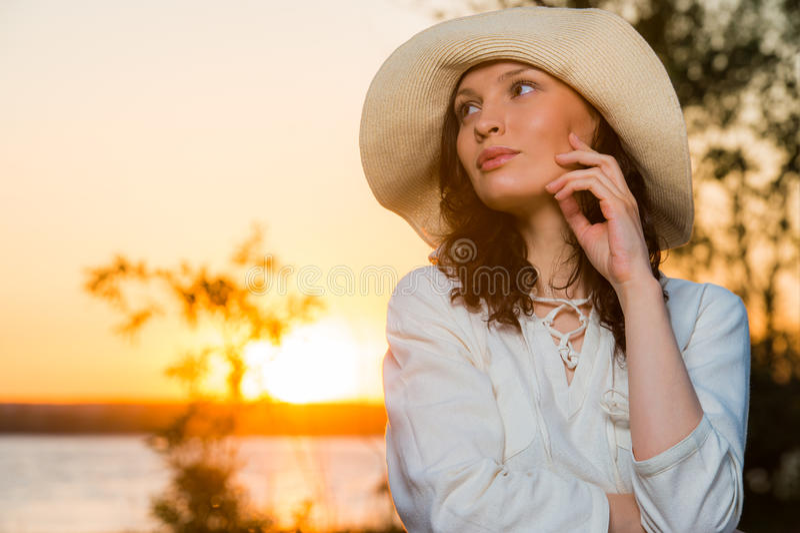 Νέα και όμορφη γυναίκα που φορά ένα καπέλο ι στοκ εικόνες