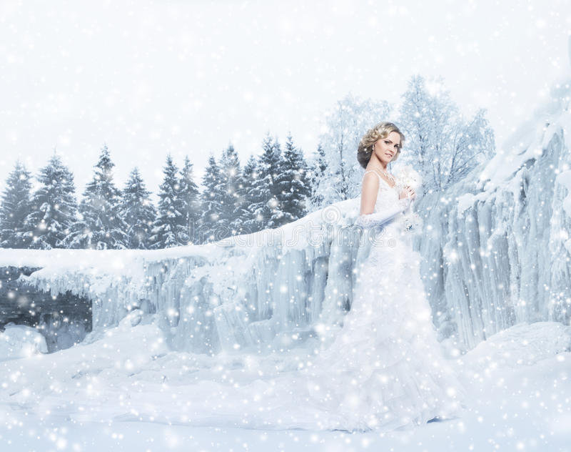 Νέα και όμορφη τοποθέτηση νυφών σε ένα χιονώδες χειμερινό υπόβαθρο στοκ φωτογραφία με δικαίωμα ελεύθερης χρήσης