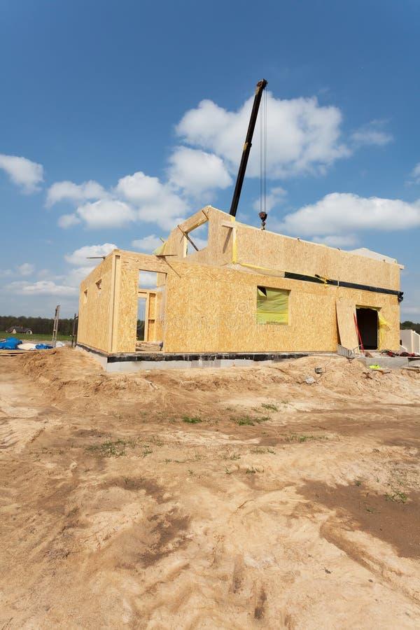 Νέα κατασκευή ενός σπιτιού/πλαισιωμένη νέα κατασκευή ενός σπιτιού/οικοδόμηση ενός καινούργιου σπιτιού από τη βάση στοκ φωτογραφίες με δικαίωμα ελεύθερης χρήσης