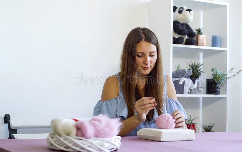 Νέα καυκάσια γυναίκα που κατασκευάζει το μαλλί το ξηρό σεμινάριο πίλησης στοκ εικόνα με δικαίωμα ελεύθερης χρήσης