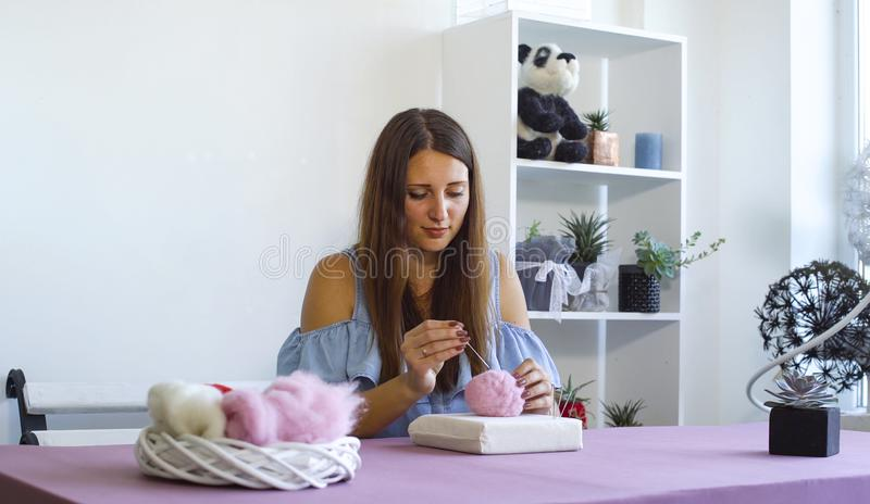 Νέα καυκάσια γυναίκα που κατασκευάζει το μαλλί το ξηρό σεμινάριο πίλησης στοκ εικόνες