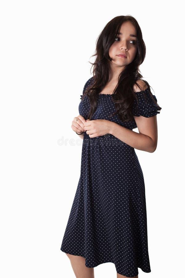 Νέα καυκάσια γυναίκα που φορά το μπλε περιστασιακό φόρεμα στοκ εικόνα