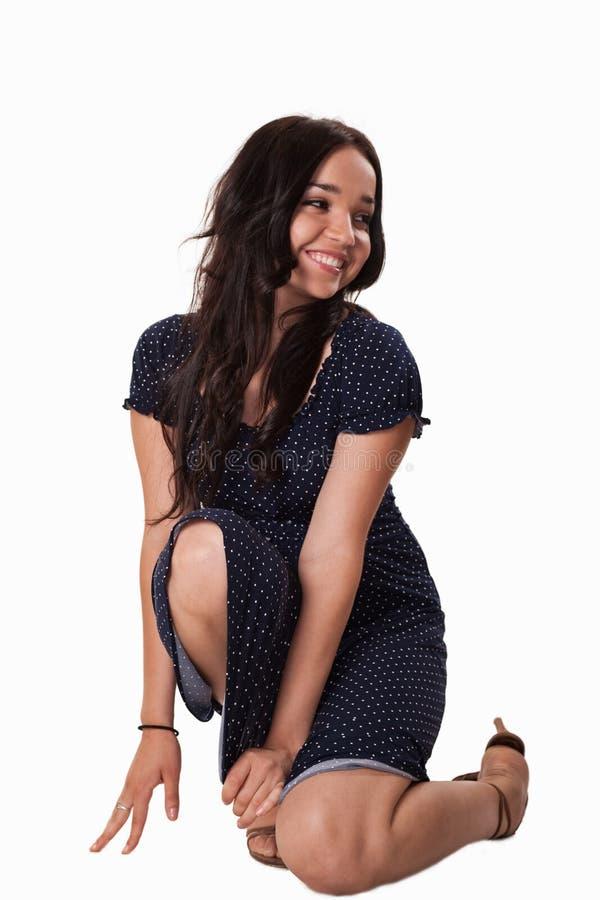 Νέα καυκάσια γυναίκα που φορά το μπλε περιστασιακό φόρεμα στοκ φωτογραφία με δικαίωμα ελεύθερης χρήσης