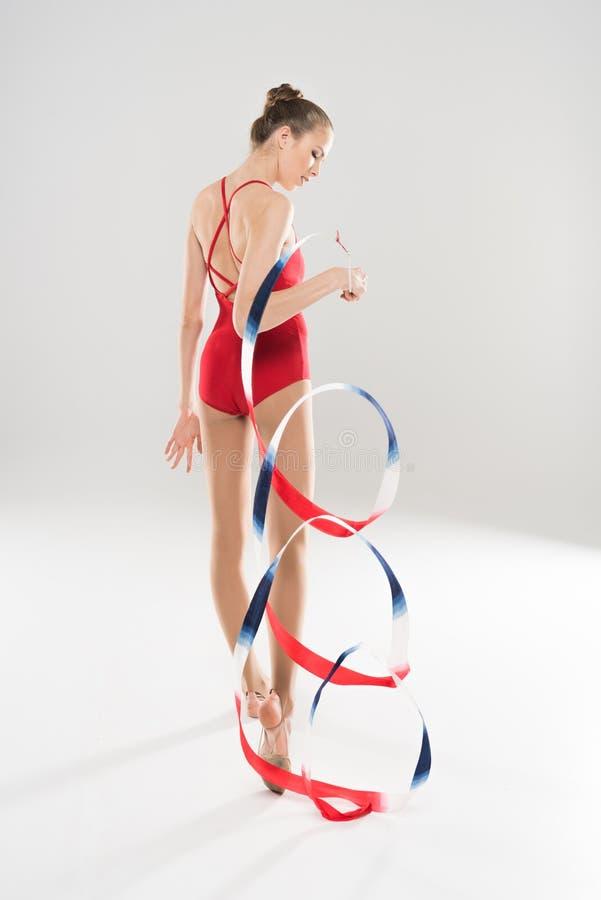 Νέα καυκάσια ρυθμική gymnast γυναικών τοποθέτηση με το ζωηρόχρωμο σχοινί στοκ φωτογραφία με δικαίωμα ελεύθερης χρήσης