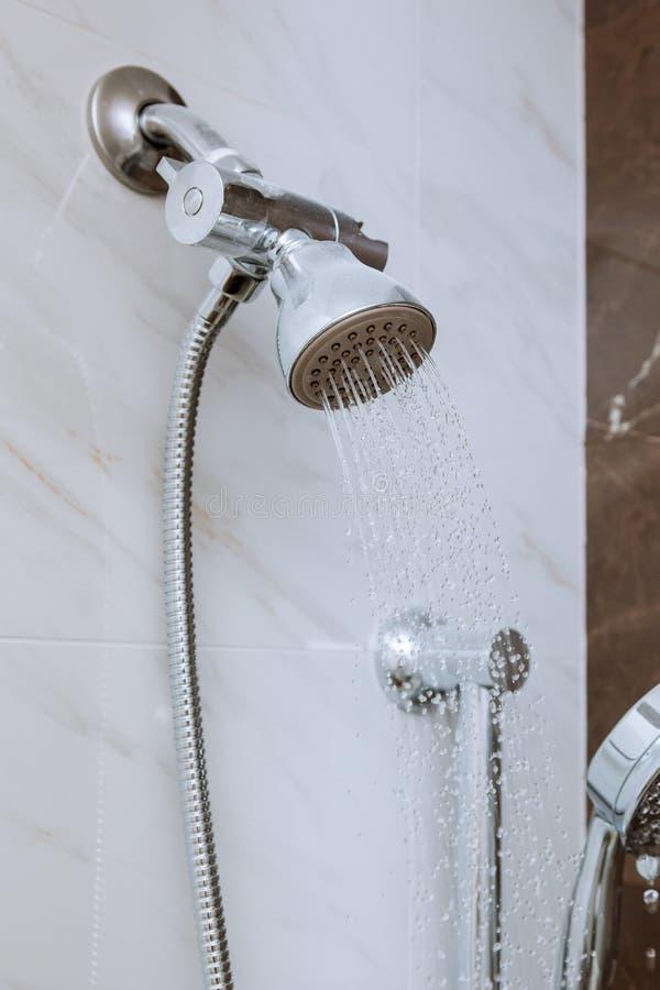 Νέα κεφαλή ντους στο μπάνιο, κλειστός τοίχος στοκ εικόνα με δικαίωμα ελεύθερης χρήσης