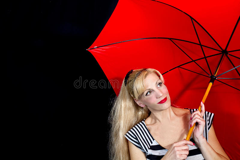 Νέα κινηματογράφηση σε πρώτο πλάνο γυναικών που κρατά την κόκκινη ομπρέλα στοκ εικόνες