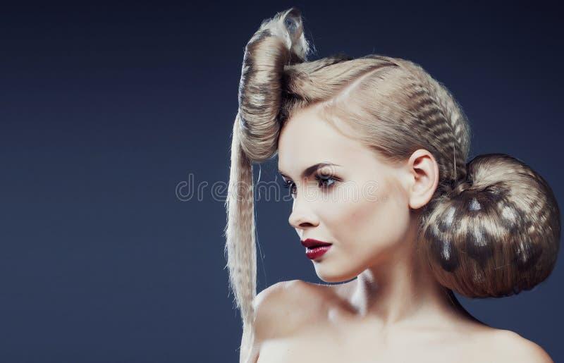 Νέα κομψή γυναίκα με δημιουργικό στενό επάνω τυπωμένων υλών λεοπαρδάλεων ύφους τρίχας στοκ εικόνα