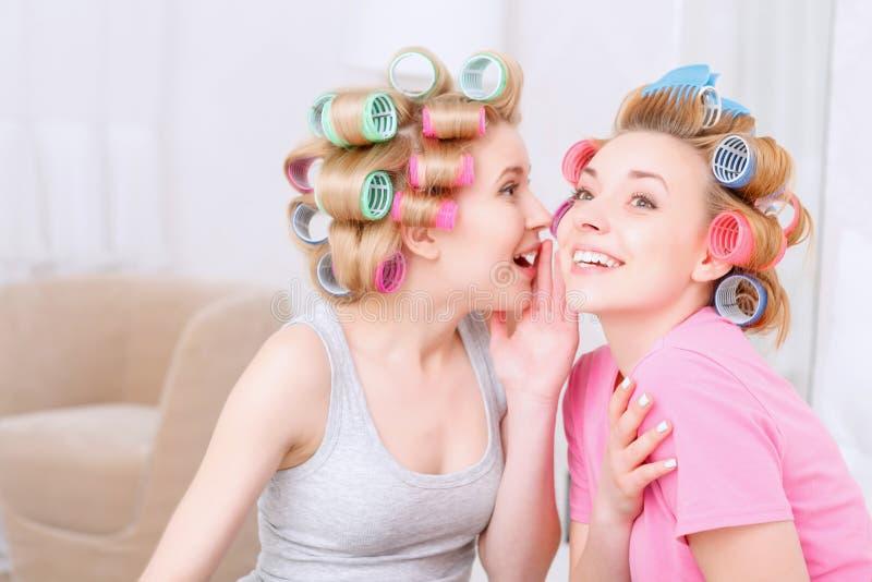 Νέα κορίτσια που μοιράζονται τα μυστικά στοκ εικόνα