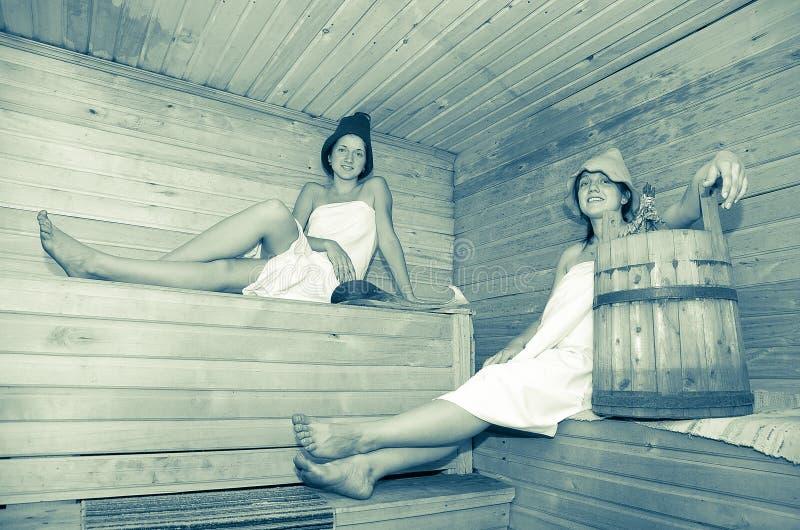 Νέα κορίτσια στη σάουνα στοκ φωτογραφία με δικαίωμα ελεύθερης χρήσης