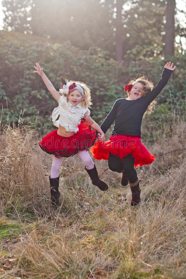 Νέα κορίτσια υπαίθρια στην κίνηση στοκ εικόνα με δικαίωμα ελεύθερης χρήσης