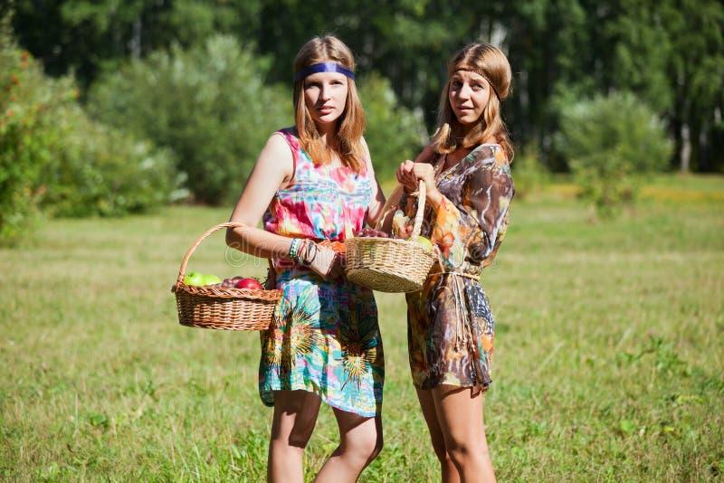 Νέα κορίτσια με ένα καλάθι φρούτων στοκ εικόνες με δικαίωμα ελεύθερης χρήσης