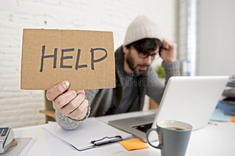 Νέα κουρασμένη ισπανική πολυάσχολη ζήτηση επιχειρηματιών hipster τη βοήθεια που υφίσταται την πίεση στοκ εικόνες
