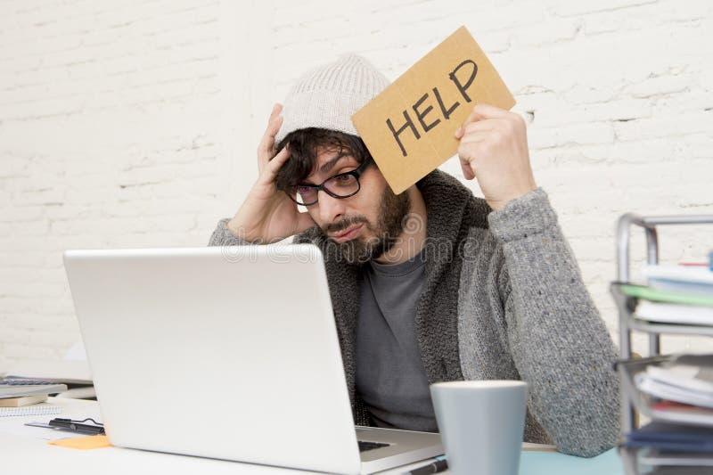 Νέα κουρασμένη ισπανική πολυάσχολη ζήτηση επιχειρηματιών hipster τη βοήθεια που υφίσταται την πίεση στοκ εικόνες με δικαίωμα ελεύθερης χρήσης