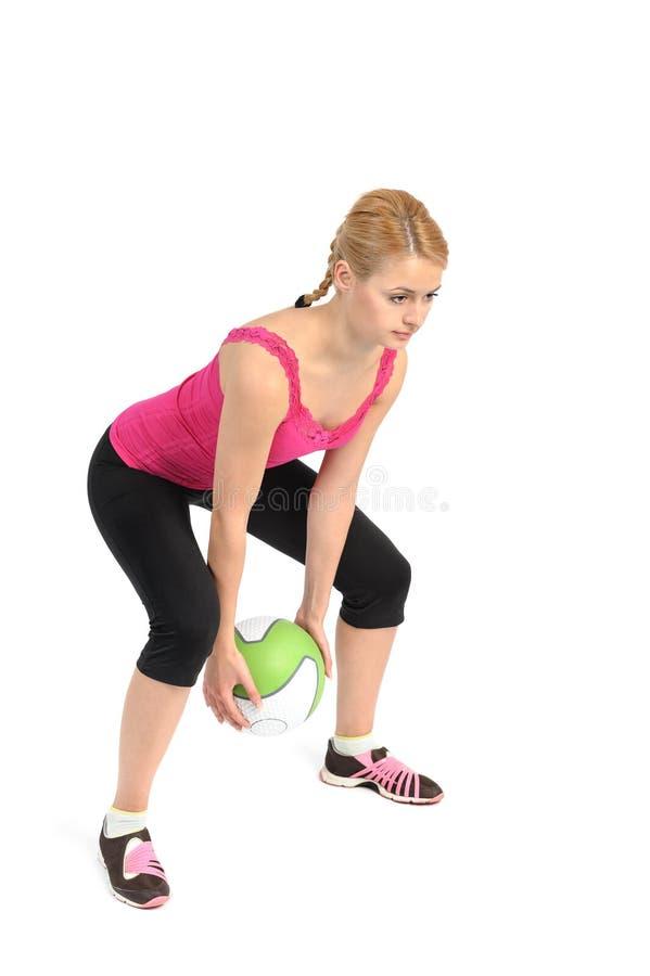 Νέα κυρία που κάνει τη σφαίρα ιατρικής workout στοκ φωτογραφίες